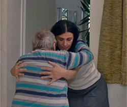 Persona cuidadora que ayuda a una anciana a levantarse de la cama