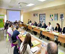 Imagen de la sala donde se celebra la reunión con los asistentes