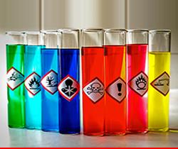 Imagen de varias probetas de diferentes colores y cada una de ellas con una pegatina distinta de