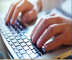 Imagen de unas manos sobre un teclado