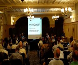 Imagen de la sala de celebración del seminario con asistentes