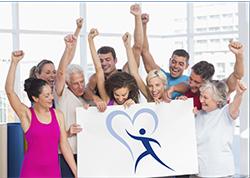 Imagen dee un grupo de personas con los brazos en alto y una de ellas sujetando un cartel con una imagen de un contorno de una persona dentro de un corazón