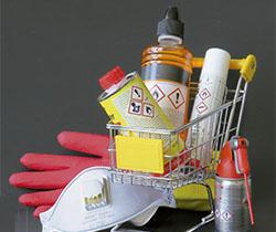 Imagen de un carro conteniendo varios productos de sustancias peligrosas, guantes y mascarilla