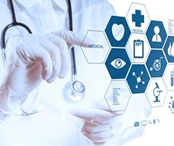 Imagen de un torso de un sanitario con guantes de protección utilizando una pantalla digital con una imagen de moléculas
