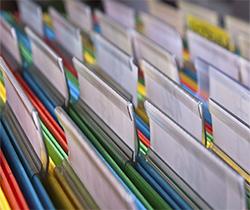 Imagen de un archivador lleno de documentos ordenados
