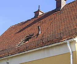Imagen de una cubierta tejado de una casa deteriorada