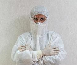 Imagen de un sanitario con equipo de protección individual especial covid