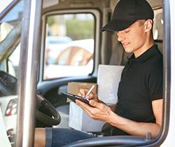 Imagen de un hombre dentro de una furgoneta escribiendo en un cuaderno
